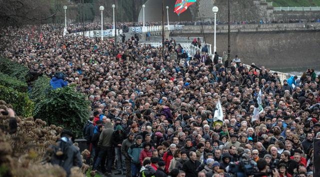 Más de 10 mil marchan contra arrestos de miembros de ETA