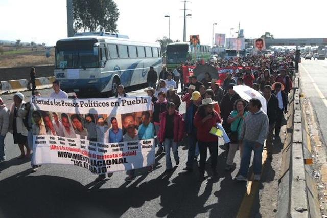 Bloquean la México-Puebla en marcha al DF por presos políticos