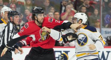 #EpicFail: Jugador de hockey se pega solito en una pelea