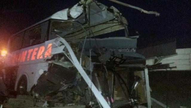 Reportan 20 muertos en choque de tren y autobús en Nuevo León