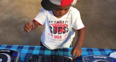 Este DJ de dos años lo hace mucho mejor que varios profesionales