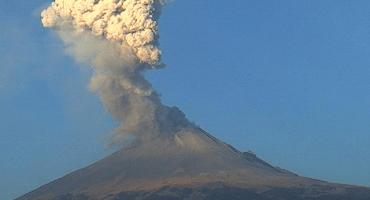 Cierran aeropuerto de Puebla por explosiones del Popo