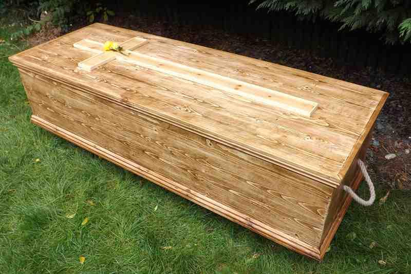 """Mujer """"muerta"""" se levanta de su ataúd y saca de onda a funeraria"""