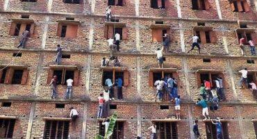 WTF!? En India, así ayudan a estudiantes a hacer trampa en examen