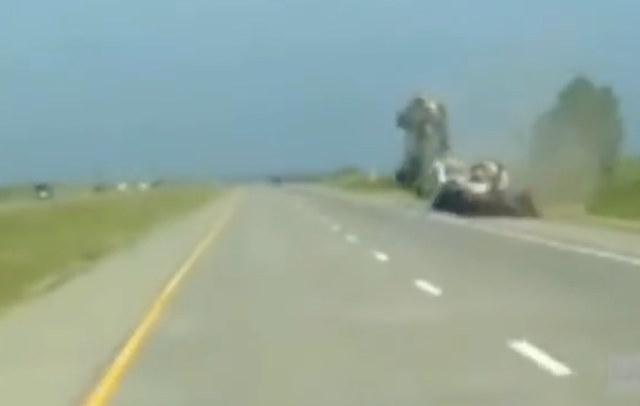 Conductor muestra que los carros no sirven para maniobras en el aire