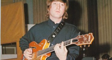 Dueño de los Colts paga medio millón por guitarra de John Lennon