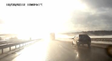 Reflejo del sol en el asfalto causa carambola en carretera