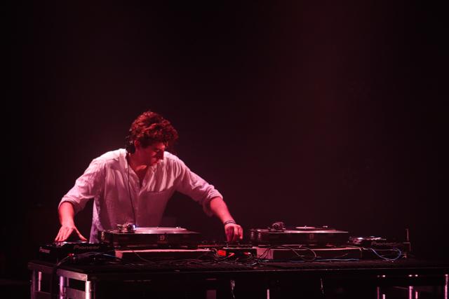 El arte de manejar al público con un par de tornamesas: así estuvo el DJ set de Jamie xx en Sala