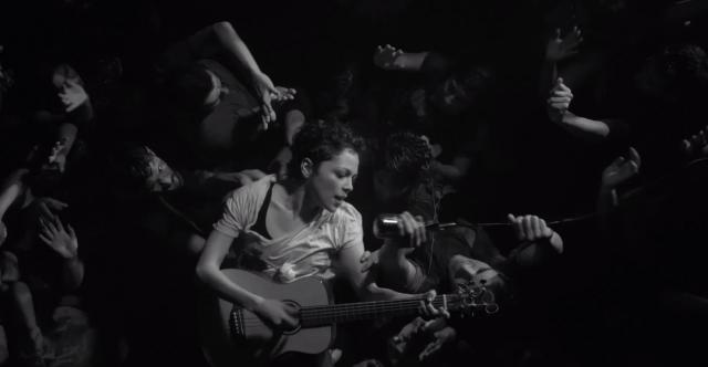 Natalia Lafourcade ilustra el caos de lanzarse al público en