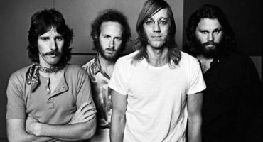 La historia de los bajistas secretos de The Doors