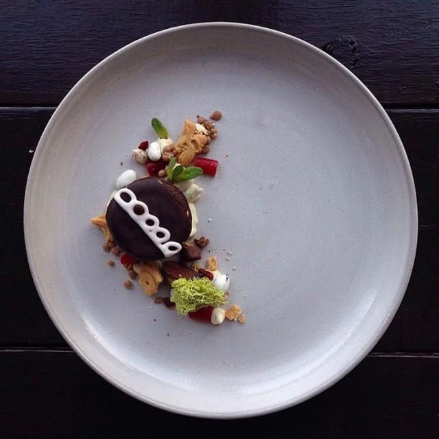 Comida chatarra presentada de manera elegante