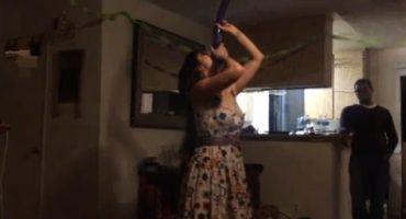 Chica ejecuta suerte de faquir con un globo