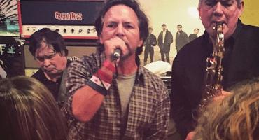 """Ve a Eddie Vedder y The Sonics interpretando """"Leaving Here"""""""