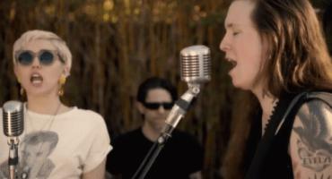Against Me! y Miley Cyrus cantando en pro de la comunidad LGBT