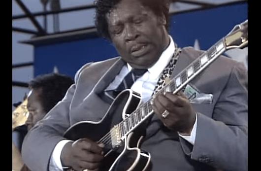 Mira a B.B. King cambiar una cuerda de su guitarra en plena canción