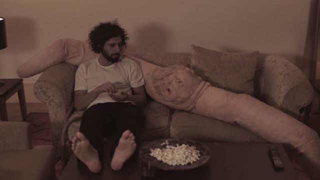 Mira la cita romántica entre José González y un gusano gigante en el video de