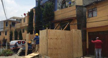 Se hunde casa en la Álvaro Obregón; desalojan a 45 familias