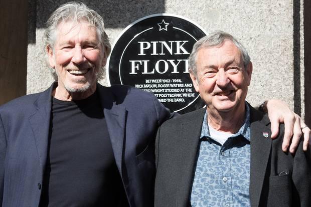 Develan placa conmemorativa en el lugar donde se conoció Pink Floyd