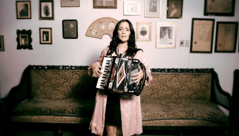 Julieta Venegas nos lleva por los caminos de la niñez en su nuevo video