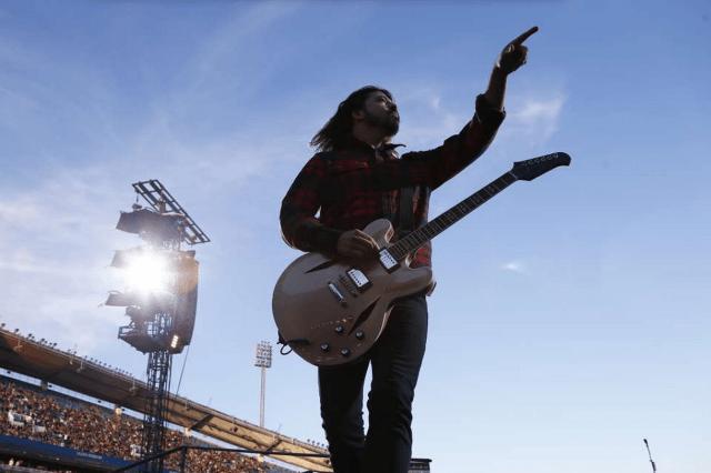 Dave Grohl se rompe una pierna durante un concierto... y aún así termina el show