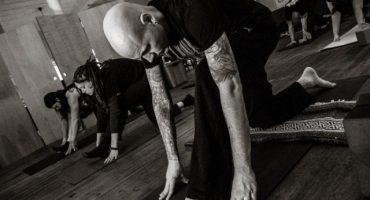 La nueva tendencia: yoga a ritmo de Metal