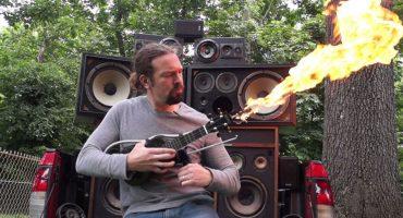 Acaba con tus enemigos con este ukulele-lanzallamas tipo Mad Max