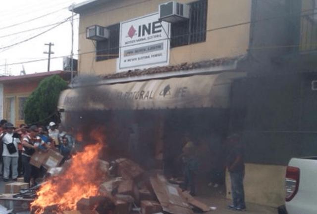 CNTE quema papelería electoral en Oaxaca