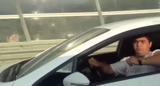 No es bueno sacar la ira en la carretera y menos con celular en mano