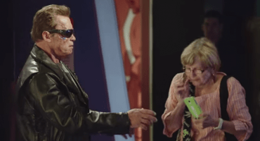 Schwarzenegger se disfraza de estatua de cera para vacilar gente