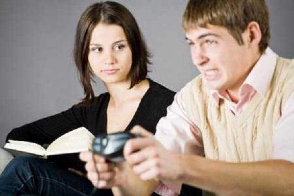 Hombres que no saben jugar videojuegos agreden más a mujeres