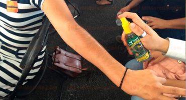 Rocían con repelente 'antimosquitos' a los asistentes de evento de Peña Nieto