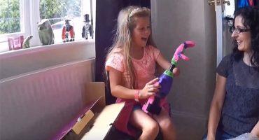 El emotivo momento en que una niña prueba su brazo impreso en 3D