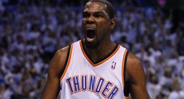 Esta estrella de la NBA es feliz dando tapones de miedo a niños