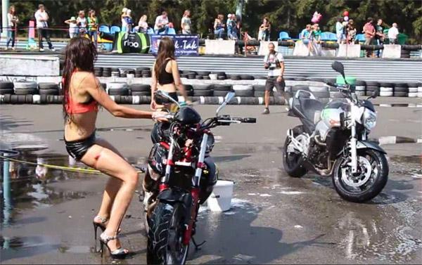 Esta mujer creía ser la más sexy con su moto, hasta que...