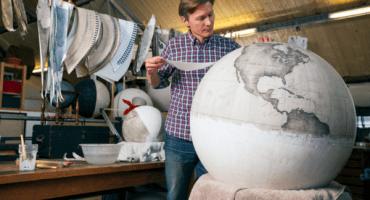 Este hombre pinta globos terráqueos a mano