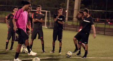 DE LUJO: Ronaldinho logró el 'Nike crossbar challenge'... ¡¡De rabona!!