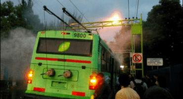Trolebús se incendia con pasajeros a bordo en la Colonia Doctores