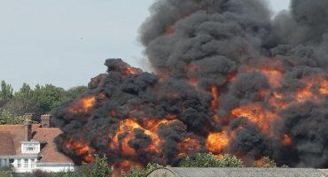 Avión se estrella en una carretera de Inglaterra; reportan 7 muertos