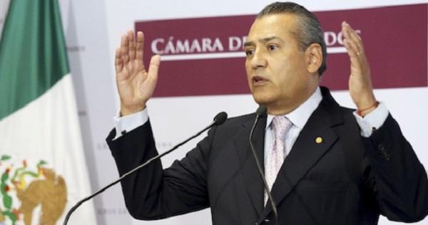 Gobernadores y legisladores del PRI piden que no se vaya Beltrones