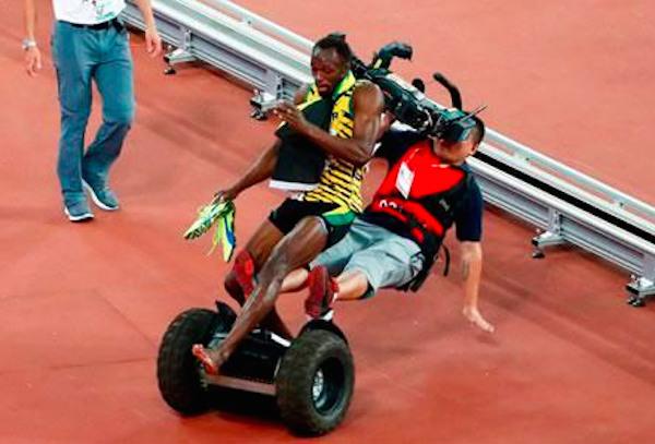 #EpicFail: Camarógrafo atropelló a Bolt con un segway