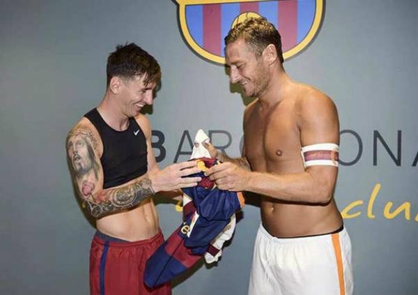 La Roma subasta playera que Messi le dio a Totti