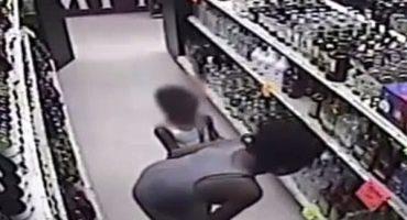 WTF?!?! Madre le enseña a su hija cómo robar alcohol