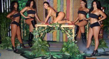 Las extrañas poses con la figura de cera de Nicki Minaj