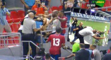 ¿A quién les recuerda? El DT de Costa Rica agredió a una persona en el estadio