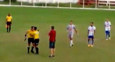 Árbitro en Brasil saca una pistola en medio de un partido