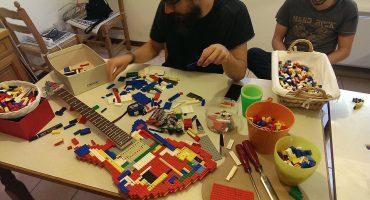 Escucha la primera guitarra hecha totalmente con LEGO