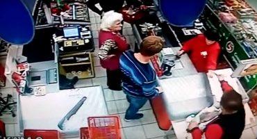 Hombre golpea a una abuelita en un supermercado en Rusia