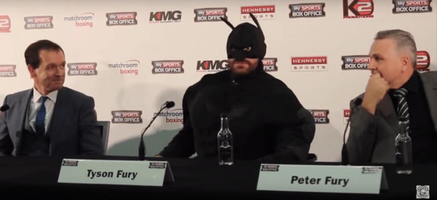 Este boxeador se disfrazó de Batman para la conferencia previa a su pelea