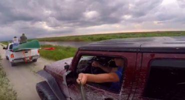 Idiota se graba con selfie-stick mientras maneja... el resultado es predecible