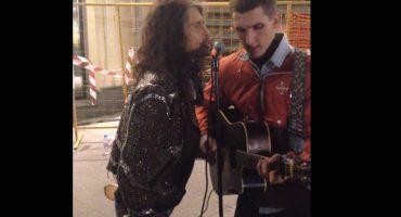 Steven Tyler sorprende y canta con un músico callejero en Moscú